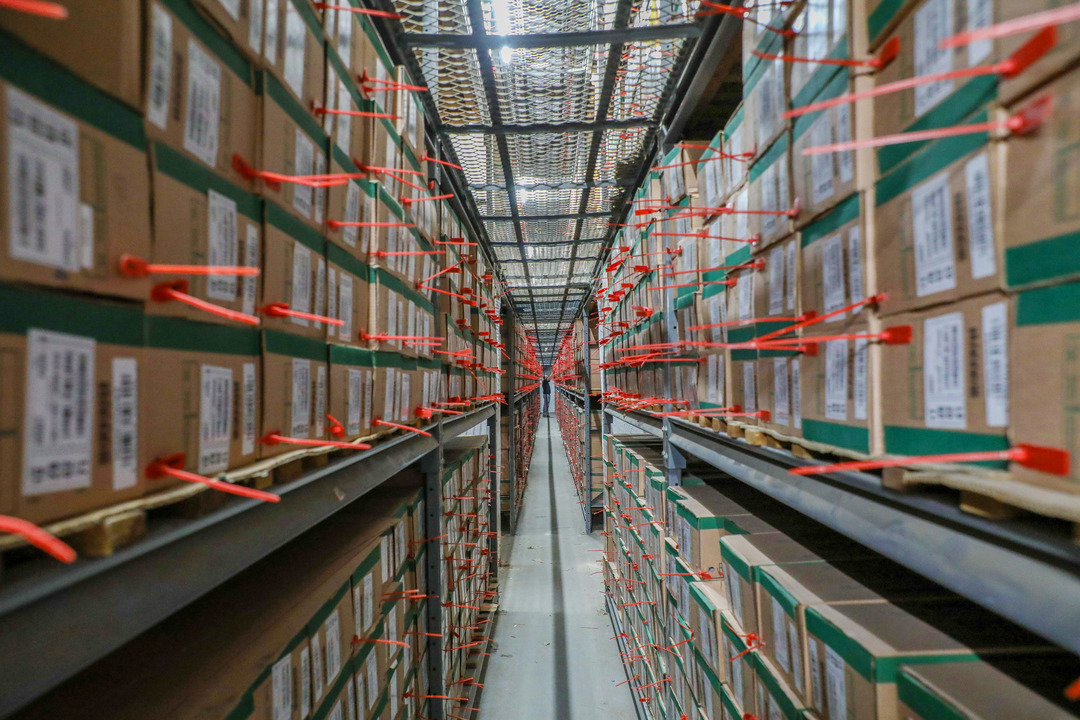 Métodos de arquivamento: espaço físico com caixas de documentos sob prateleiras