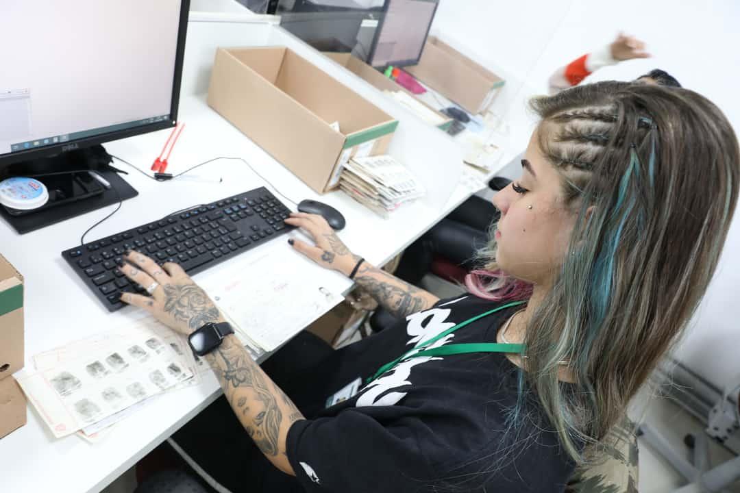 Mulher usando o computador para fazer digitação de documentos