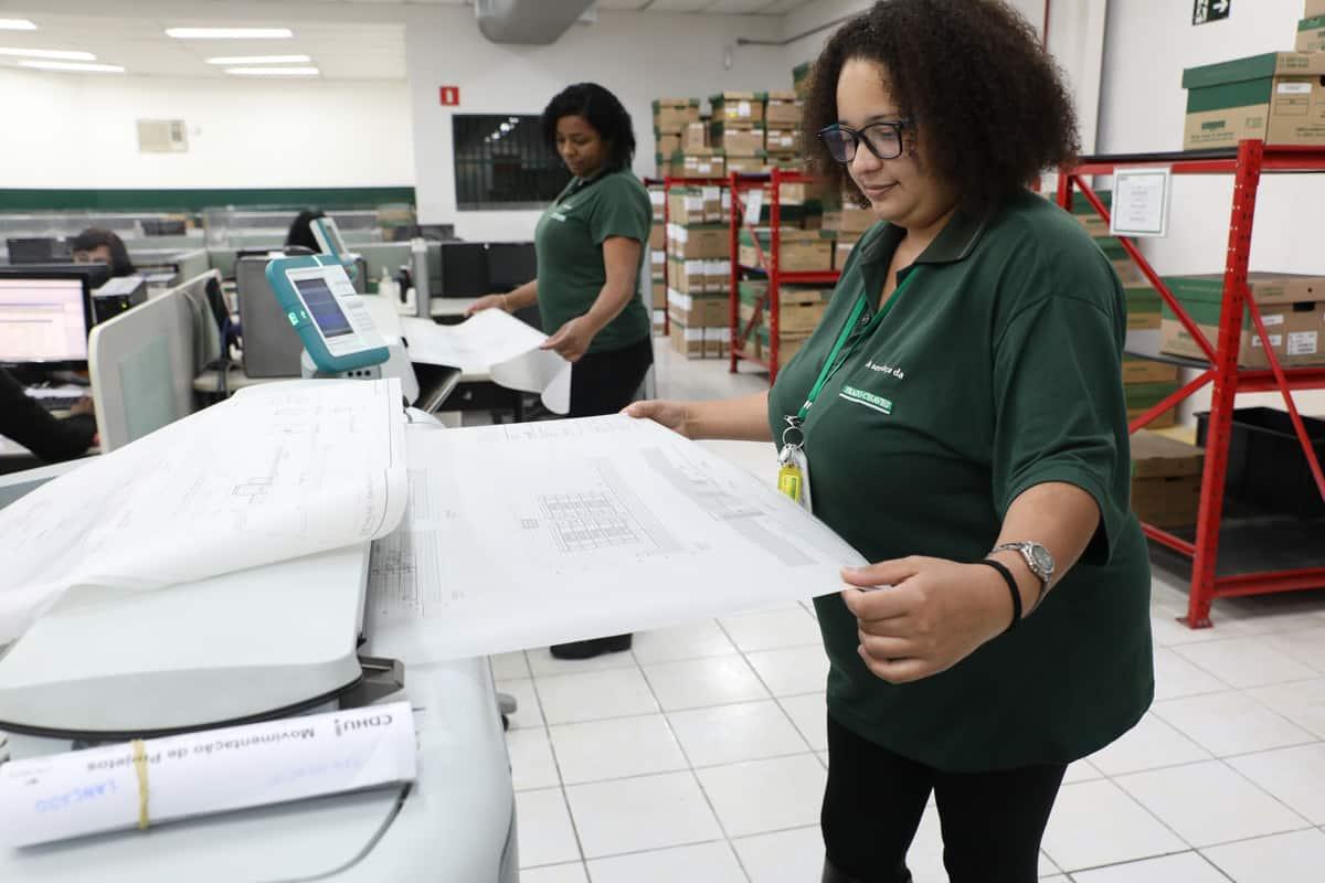 Mulher operando uma fotocopiadora.