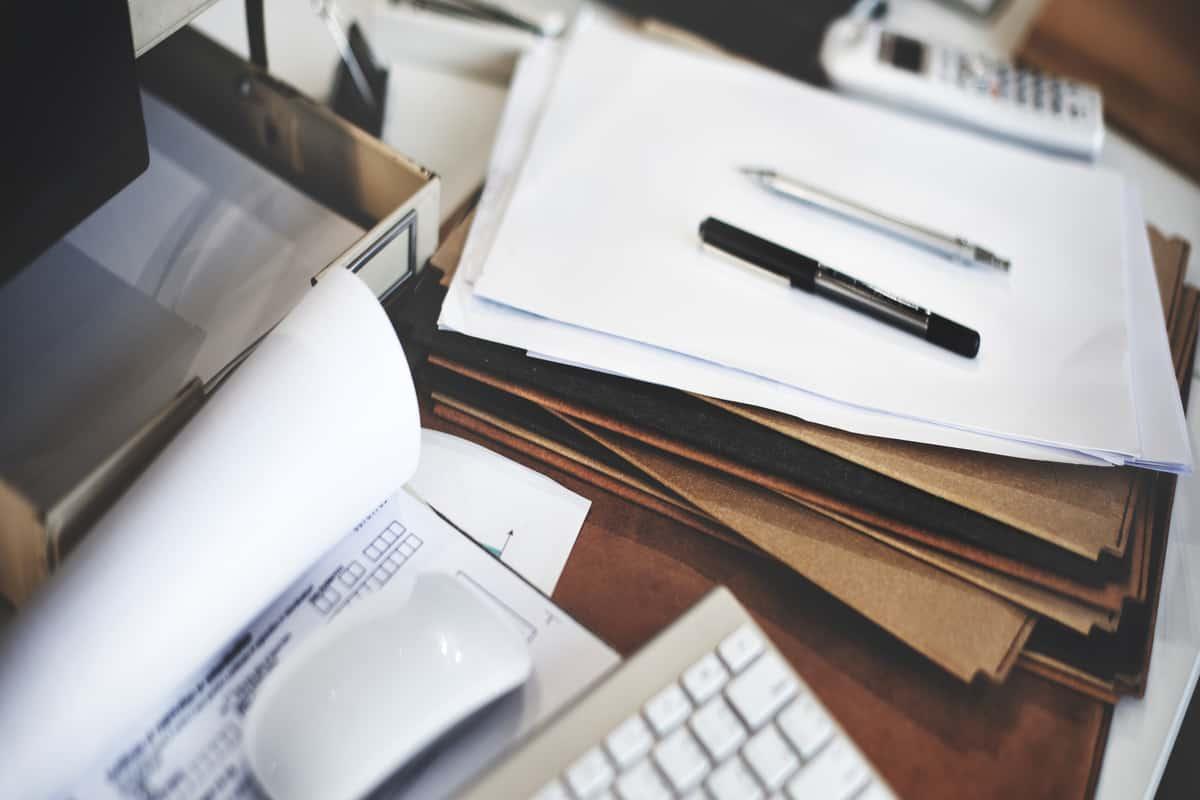 Documentos sobre uma mesa.