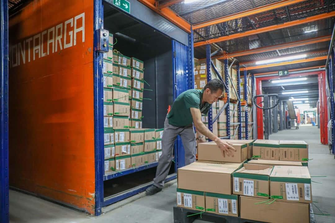 Organização de documentos: colaborador coloca arquivos em caminhão.
