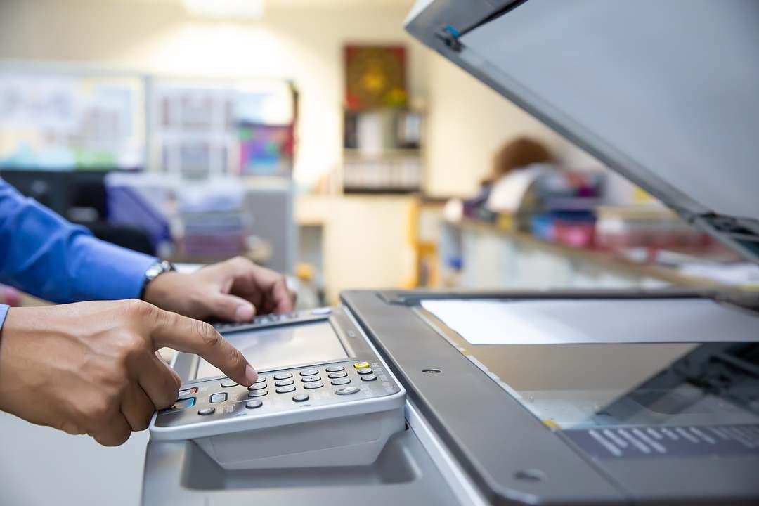 Homem ensinando como digitalizar documentos