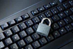 LGPD: cadeado cinza sobre teclado preto.