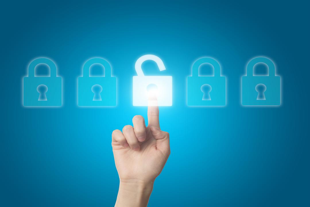 Proteção de informações: dedo humano desbloqueando cadeado digital.