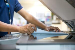 homem digitalizando documento para referenciar o decreto 10.278