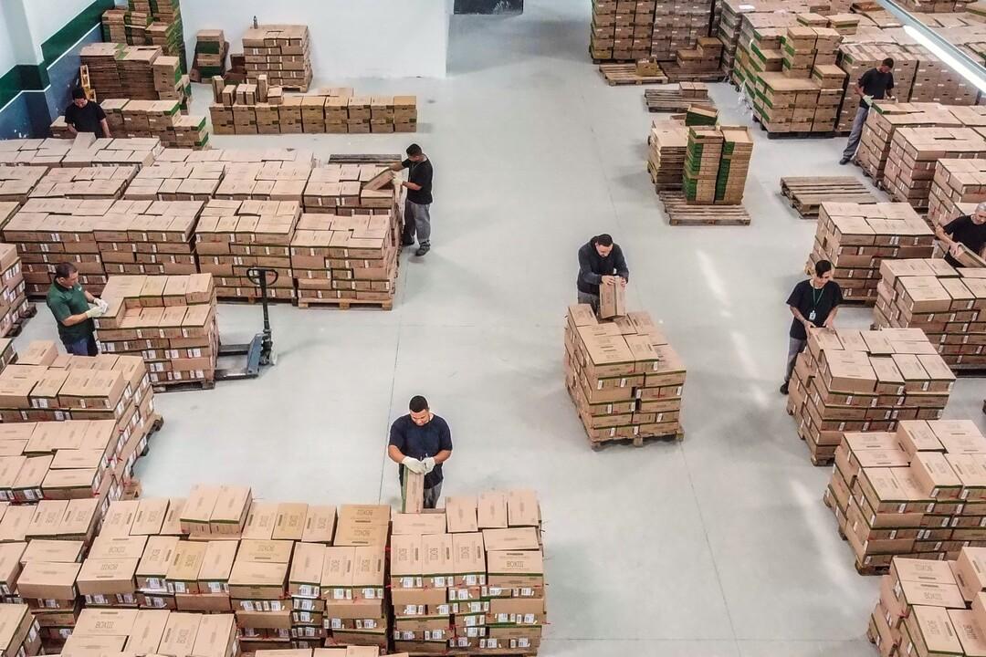 empresa de guarda de documentos: funcionários trabalhando em armazenamento de documentos